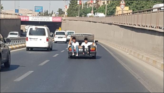 Urfa'da şok görüntü! Onlarca aracın arasında bagajda seyahat ettiler-(VİDEO)