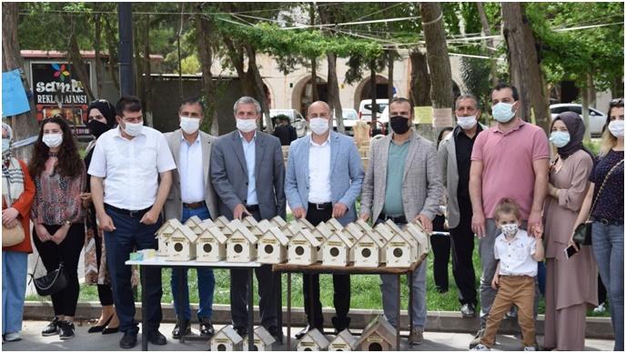 Viranşehir'de Parklara Kuş Yuvası Yerleştirildi