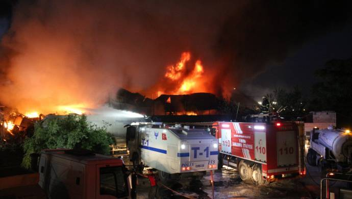 Yapı markette çıkan yangın söndürülemiyor