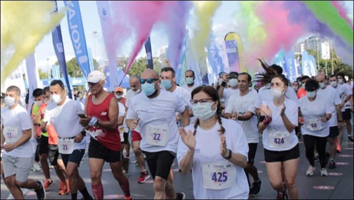 Yılın en renkli koşusunda tişörtler Polisan ile renklendi