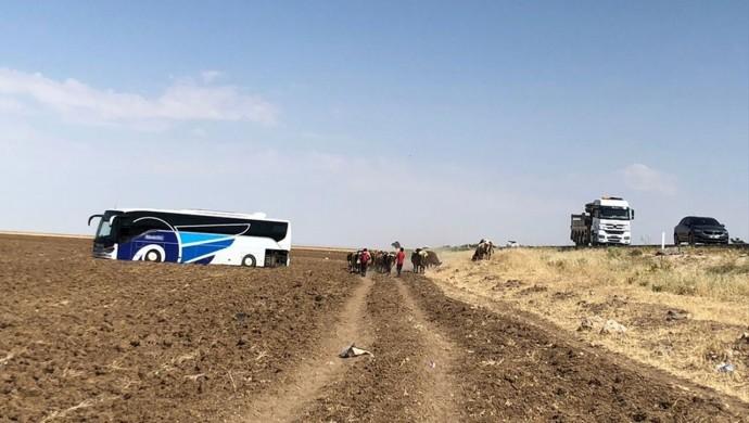 Yolcu otobüsü tarlaya girdi: 4 yaralı