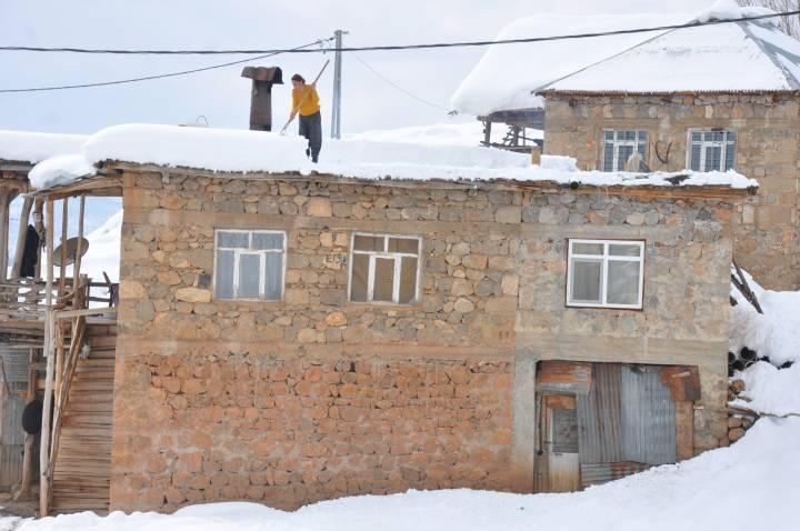 Kerpiç damlı evlerde kar temizliği